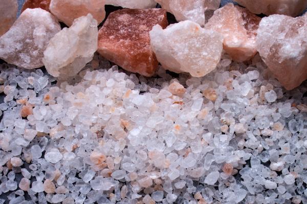 trozos de sal y sal gruesa