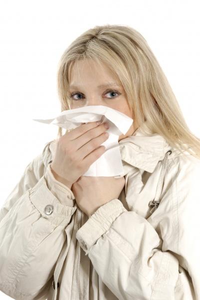 mujer catarro nariz panyuelo alergia jovenes