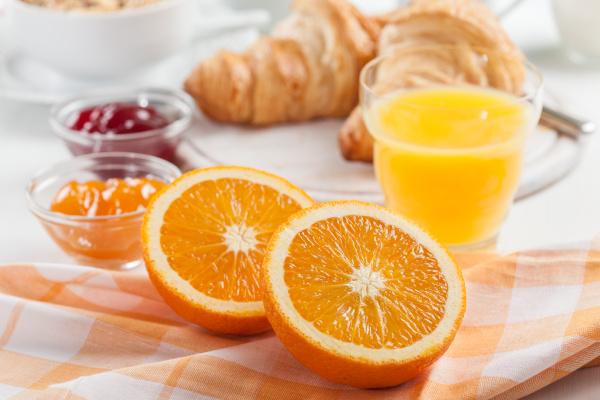 desayuno con zumo de naranja natural