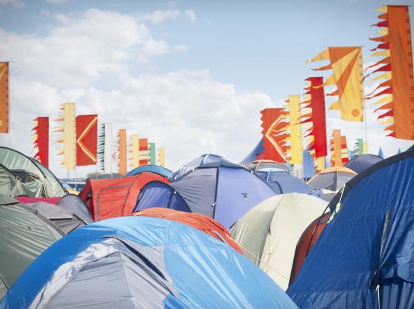 tiendas atestadas en festival de musica