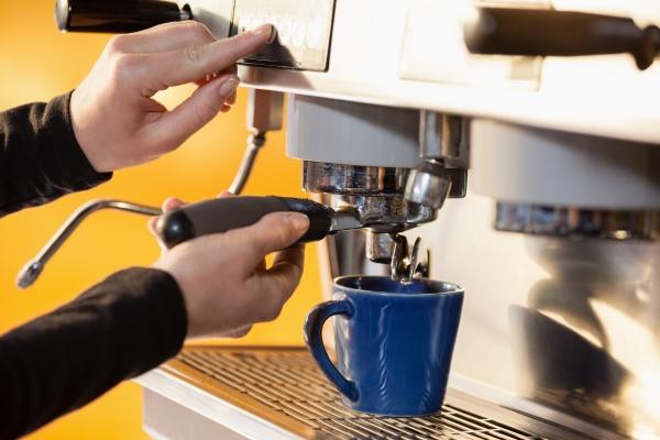 mujer cafe restaurante primer plano beber