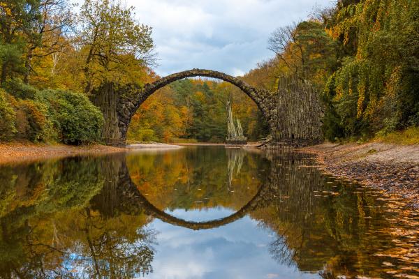 parque madera puente reflexion alemania rododendro