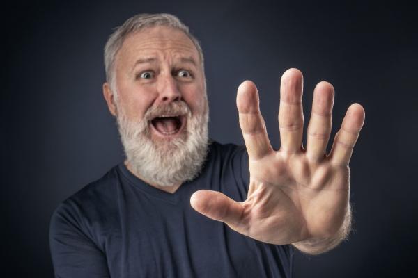 anciano enpanico con la mano estirada