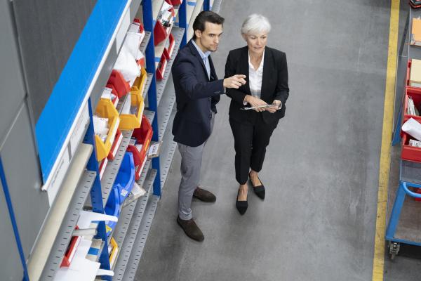 empresario y empresaria senior con tablet