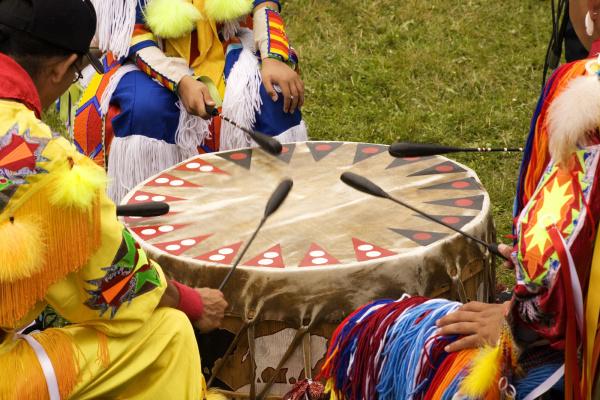indios alrededor de un tambor en