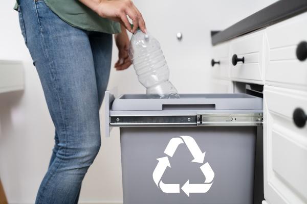 mujer lanzando botella de plastico en
