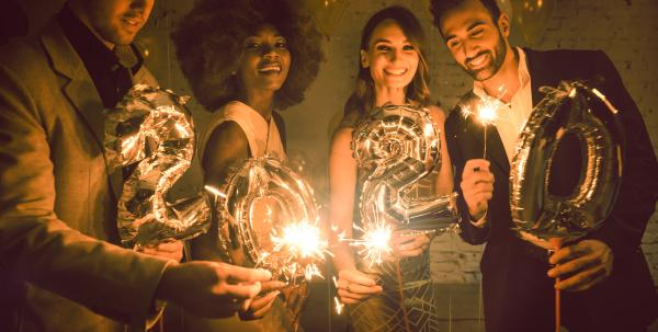 grupo de personas de fiesta celebrando