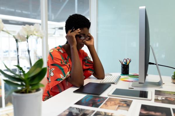 disenyadora grafica femenina estresada sentada en