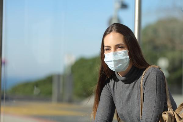 mujer con mascarilla que evita contagios