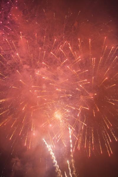 vista de fuegos artificiales brillando en