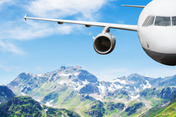 avion volando en cielo despejado contra