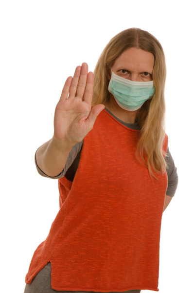 mujer con proteccion bucal y mascara