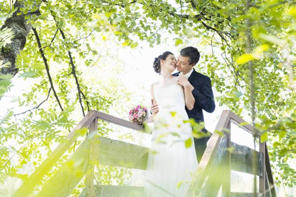 pareja de recien casados romancing mientras