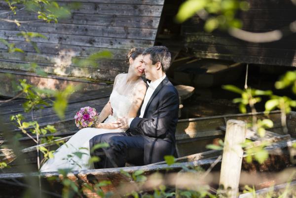 pareja, sonriente, de, recién, casados, romancando - 28747038
