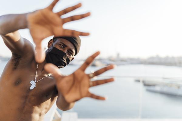 hombre negro con beanie y mascarilla