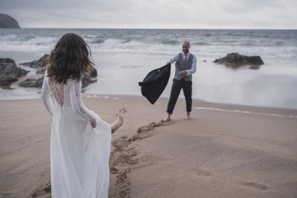pareja nupcial en la playa