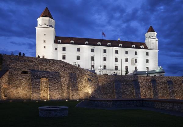 eslovaquia bratislava castillo de bratislava iluminado