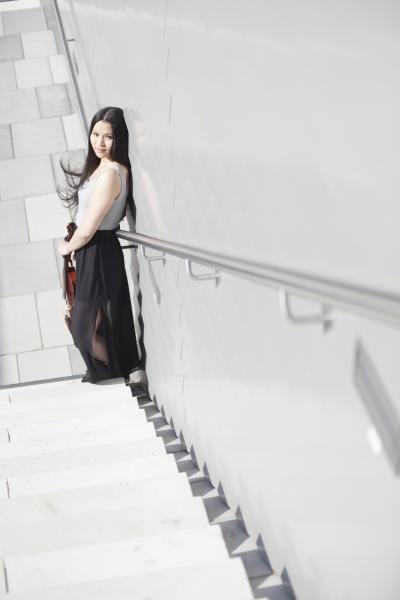 joven asiatica con violin de pie