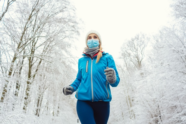 mujer corriendo o trotando con mascarilla