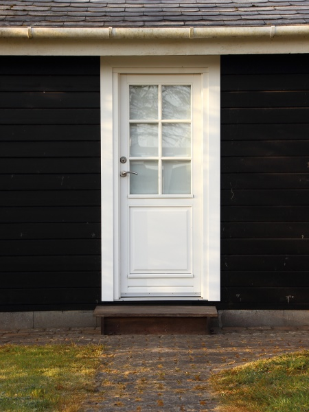 puerta blanca aislada sobre casa de