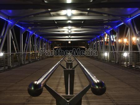 azul madera puente noche puerta gantry