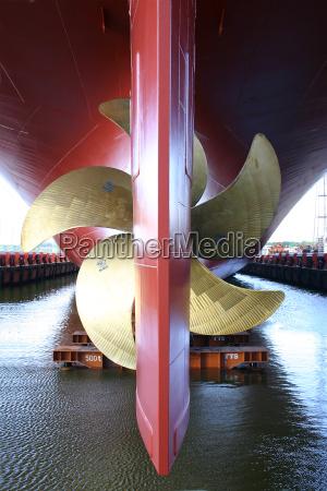 detalle barco de contenedores astillero helice