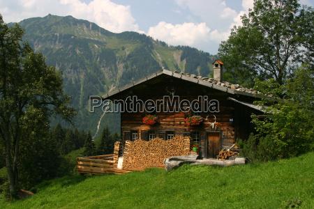 casa construccion montanyas verde madera caminata