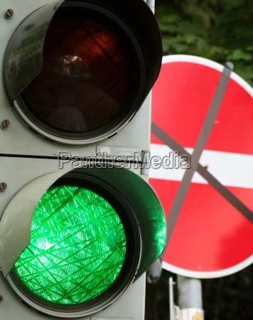 verde semaforo paso prohibicion desvio paradojico