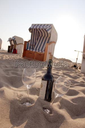 silla de playa y una botella