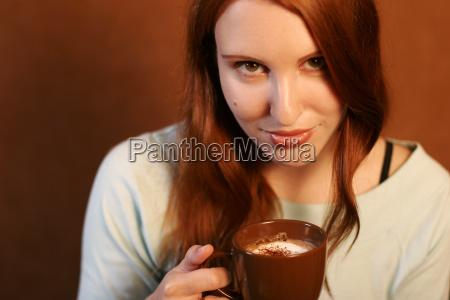 mujer cafe taza mano beber ocio