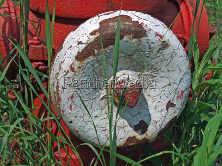 primer plano cadena tornillo emergencia oxidado