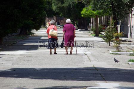 dos ancianas en el camino juntas