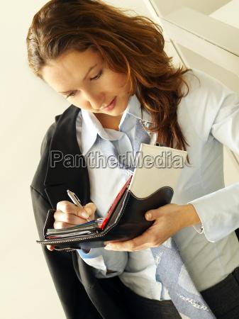 mujer joven con el cuaderno