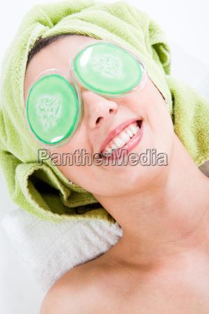 almohadillas para los ojos y risas