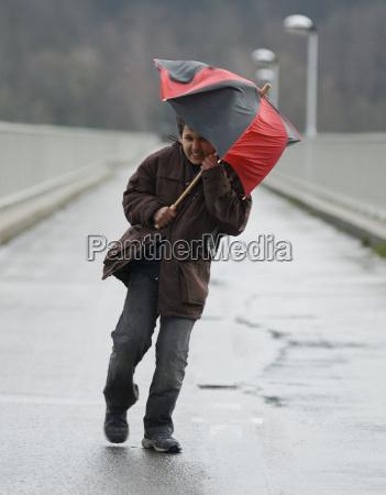 tormenta paraguas viento tiempo
