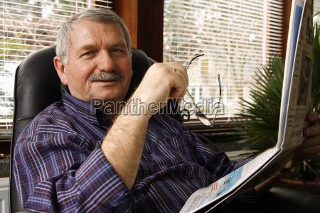 pensionista deja un periodico