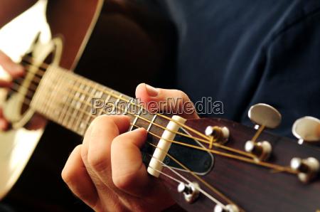 hombre que toca una guitarra