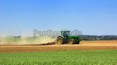 alimentador verde que trabaja en el
