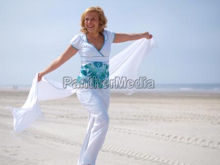 mujer joven en el mar