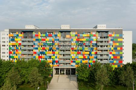 fachada de la casa de color
