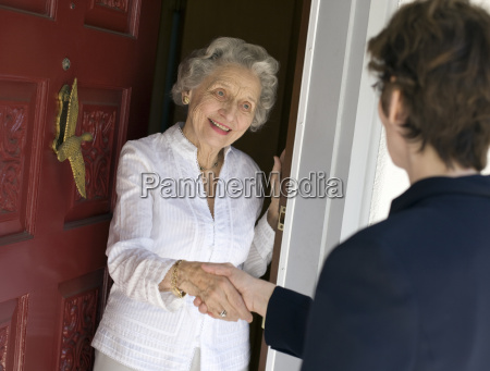 apreton de manos amistoso mujer senior