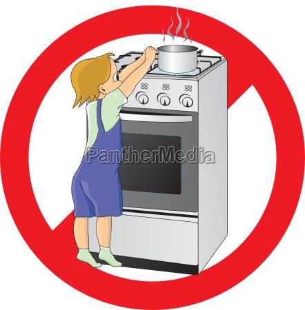ninyo en peligro en la cocina
