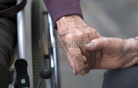 sujetando las manos