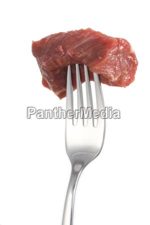 pedazo de carne en un tenedoraislado