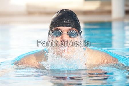 masculino natacion flotante flotar hombre nadar