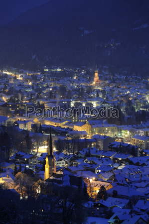 city of garmisch partenkirchen at night