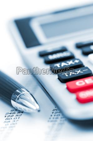 calculadora de impuestos y la pluma