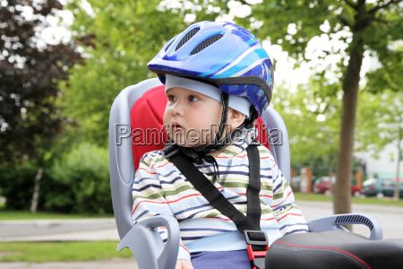 ninyo sentado en bicicleta en el