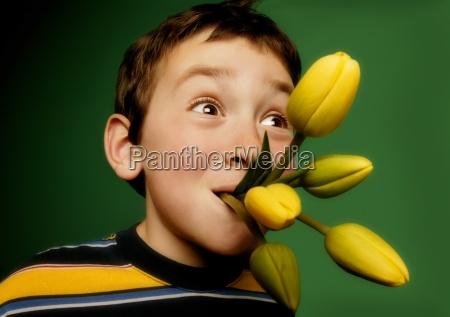 muchacho con las flores en su