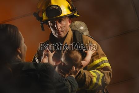 bombero rescata bebe